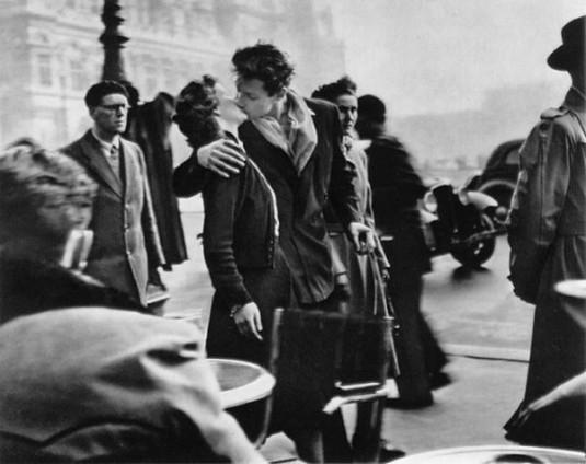 Parijs-Romantiek-Hotel-de-Ville-Doisneau_kiss