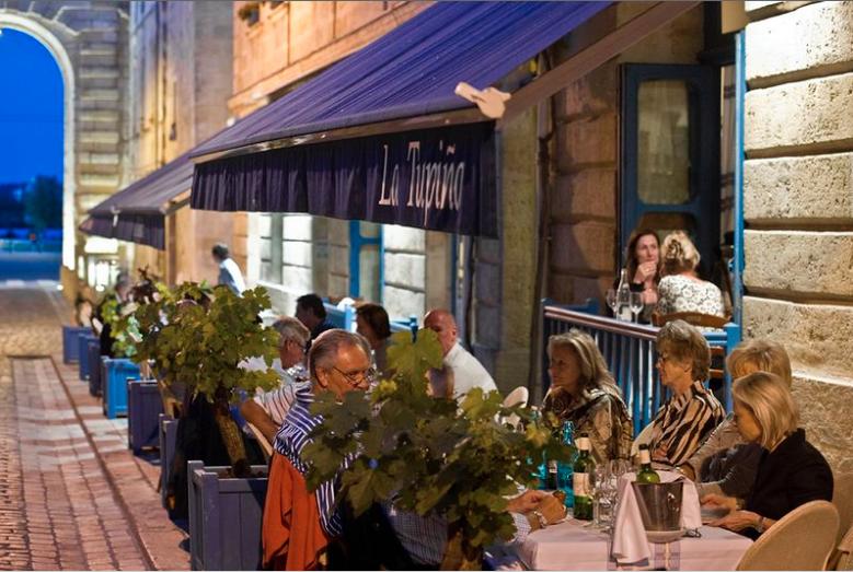 Buiten eten bij la Tupina in Bordeaux
