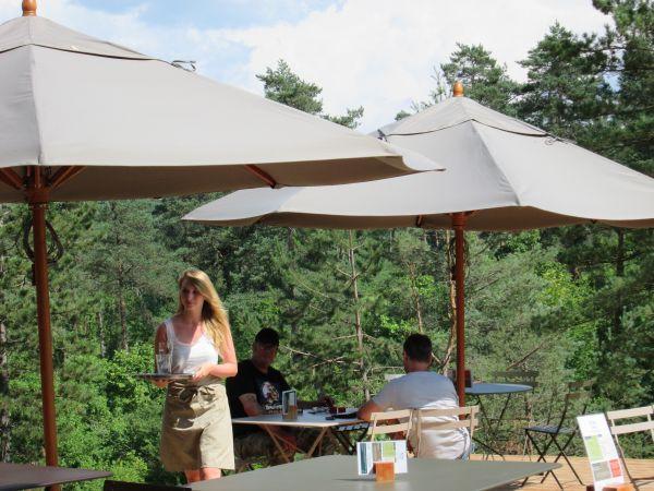 Huttopia-natuurcamping-terras-Dordogne-glamping-Frankrijk-2