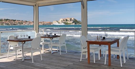 restaurant-on-dine-a-cote-sud-op-strand-calvi-noord-corsica