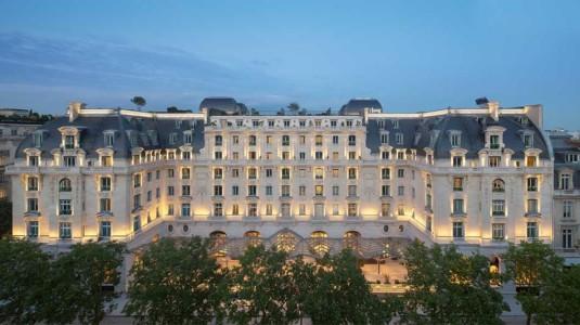 peninsula-luxe-hotel-parijs-buitenkant-bij-nacht