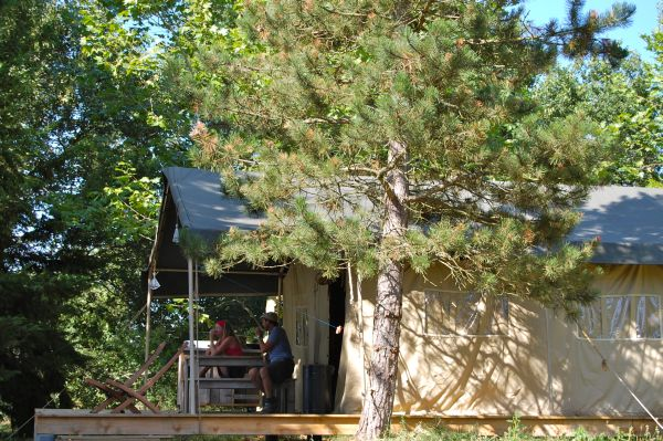 Nederlanders met safaritenten in de Creuse Limousin