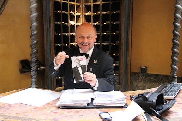 Concierge Gérard Ravet op de cover van toeristische gids