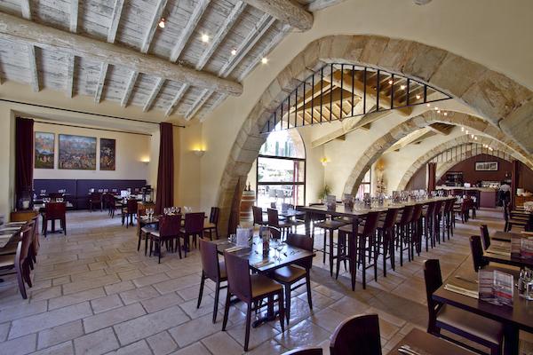 abbaye de fontfroide narbonne eetzaal