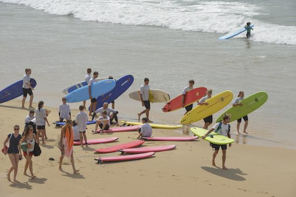 surfers de strand van Lacanau
