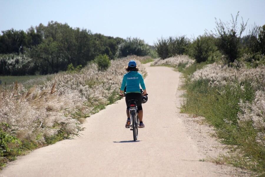 Carole fietsend in de Camargue