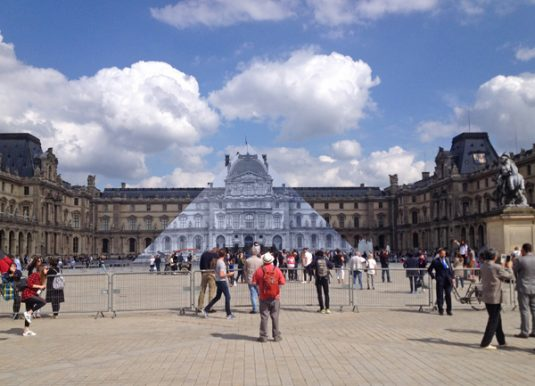 Louvre museum kunstwerk JR