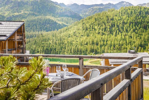 Anova berghotel Montgenèvre wintersport bergwandelen gezellig trendy hip terras