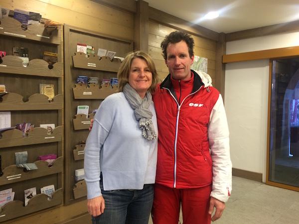 Josee spreekt Jean-Luc de skileraar die Nederlands spreek in Franse skidorp Valmorel