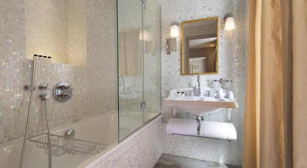 Badkamer met bad en regendouche