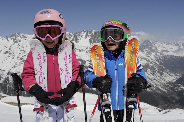 Happy kinderen tijdens de wintersportvakantie in Frankrijk