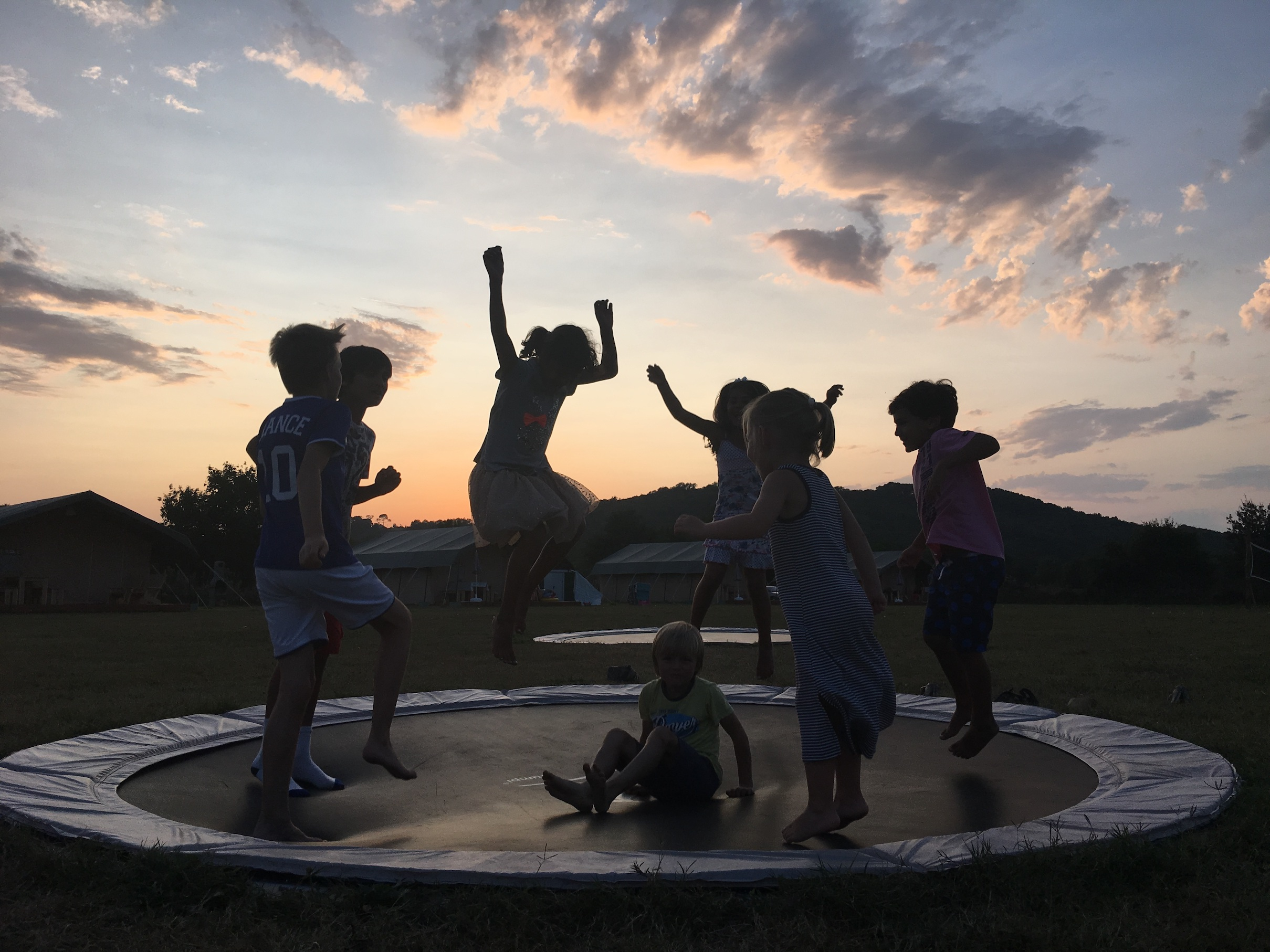 trampoline-saint-Esselin-Glamping-families