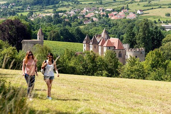 Château de Couches Alain Doire – CRT Bourgogne)