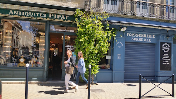 Karen op straat in Bordeaux