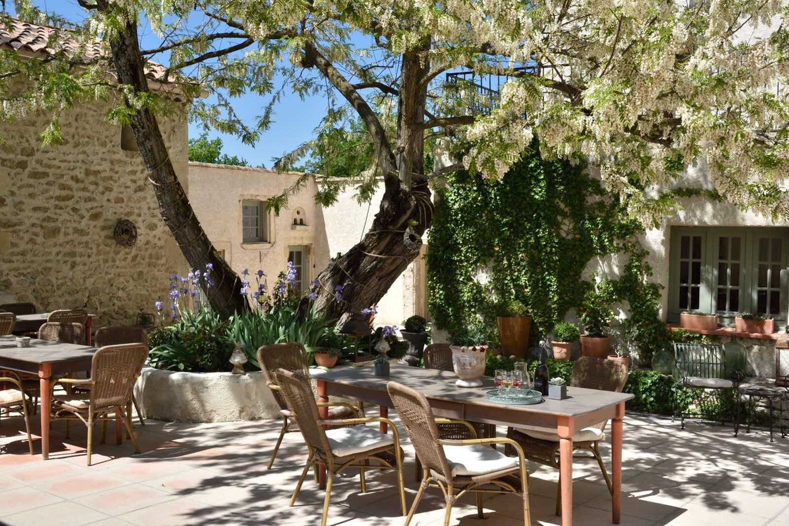 charmehotel tussen de lavendel van de dr me proven ale. Black Bedroom Furniture Sets. Home Design Ideas