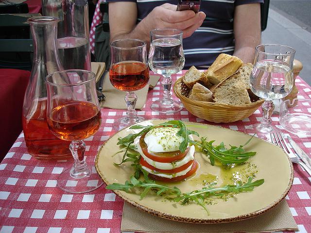terras lunchen frankrijk salade rosé zon buiten