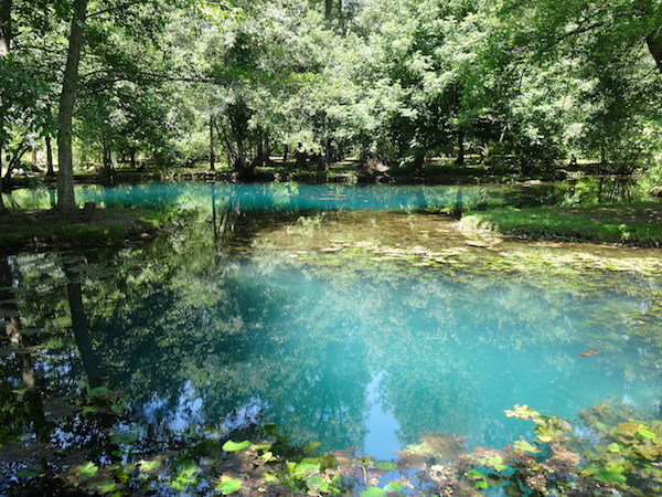 St Dizant de Gua - blauwe bronnen