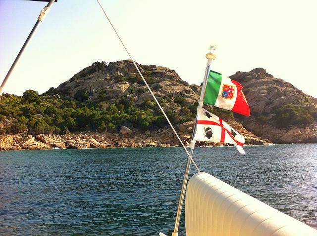 Vlag van eiland Sardinië op bootje