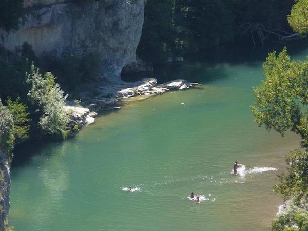 Naaktzwemmen in het riviertje bij de camping