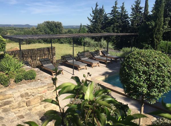 Tuin en zwembad van Mas d'Oleandre, gites in de Gard