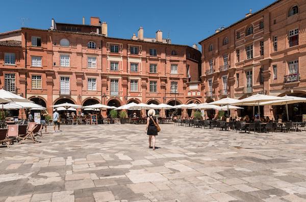 Montauban: Place Nationale omgeven door rozerode gebouwen met gewelfde galerijen