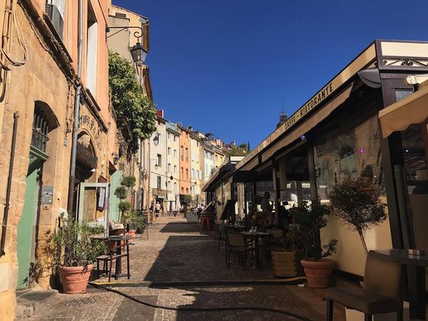 Place des Cardeurs: een plein vol met eettentjes en restaurants in Aix-en-Provence