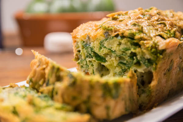 hartige cake met geitenkaas en spinazie