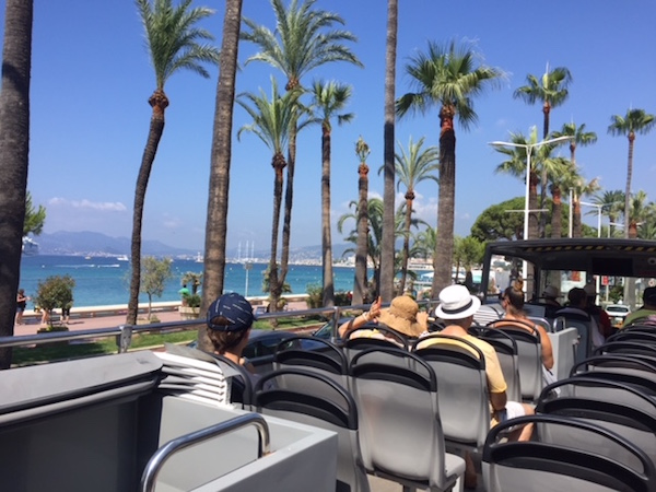 Dubbeldekker bus voor dagtrip op eiland Sainte Marguerite bij Cannes