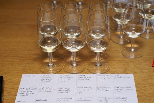 Glazen crémant de Bourgogne op tafel