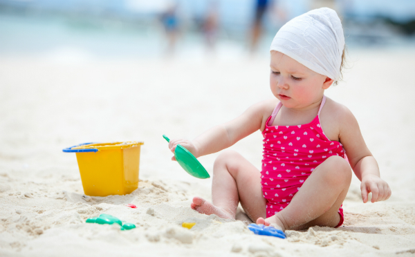 kamperen-baby-vakantie-kindje-op-strand