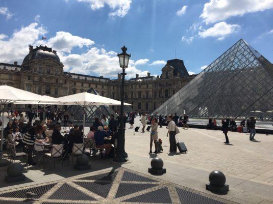 Lunchen bij het Louvre in Parijs