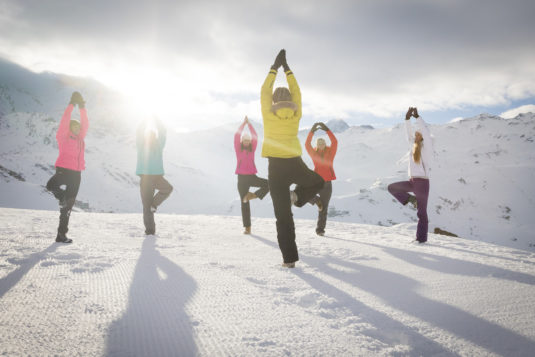 Yoga in de sneeuw in Val Thorens
