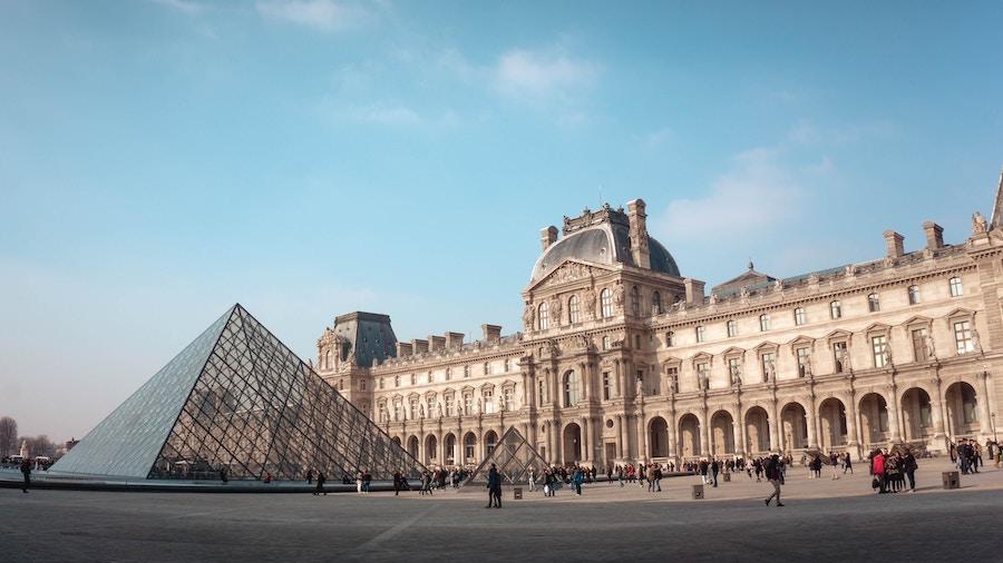 Louvre Parijs buitenkant Mona Lisa