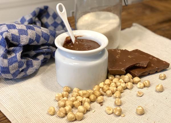 zelfgemaakte hazelnootpasta beleg voor Franse crêpes