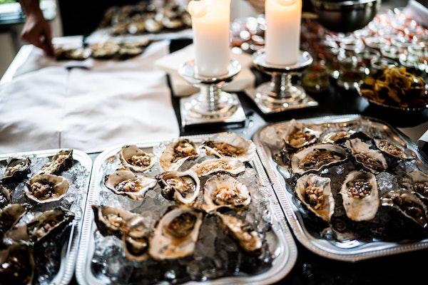 oesters schalen op tafel