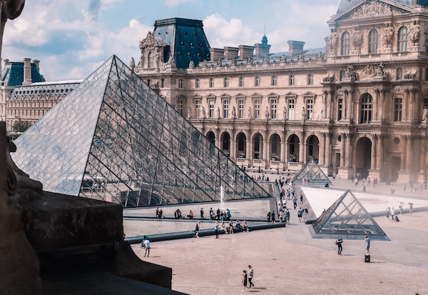 Louvre weinig mensen Parijs